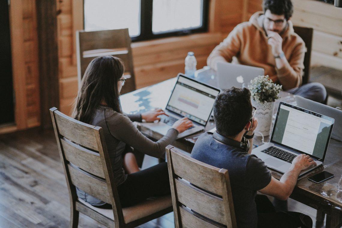 Studenten studeren achter laptop