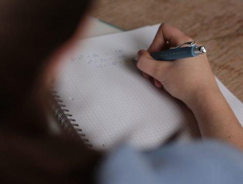 Vrouw schrijft op papier